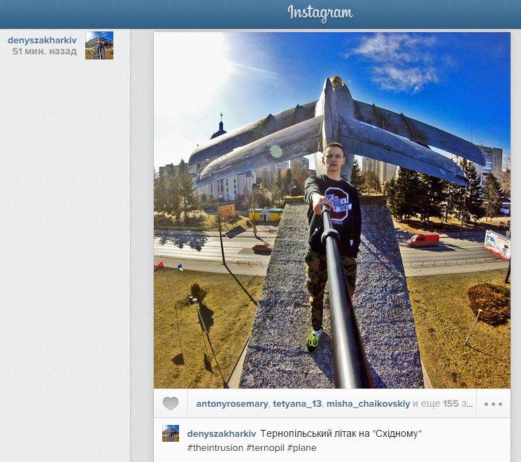 У Тернополі юнак виліз до літака, що біля парку Національного відродження (фото) - фото 1