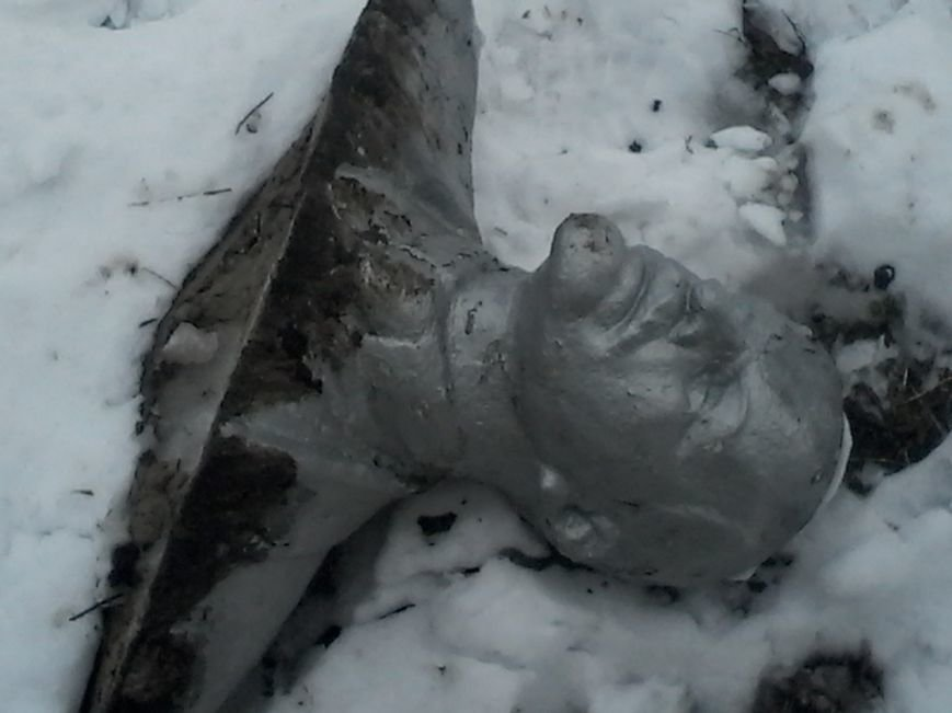 Ночью в Запорожской области повалили 5 Лениных (ФОТО) (фото) - фото 1