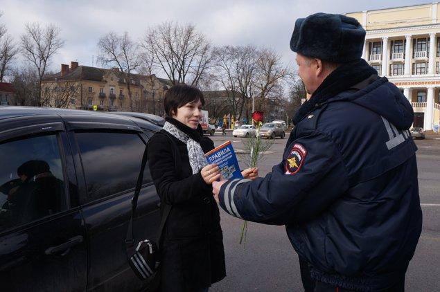 Брянские автоледи получили в подарок цветы и Правила дорожного движения (фото) - фото 2