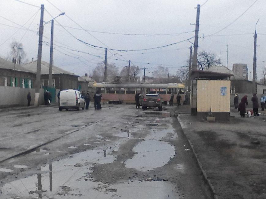 В Харькове на улице Октябрськой Революции трамвай «слетел» с рельс и снес пешеходов (фото) - фото 1