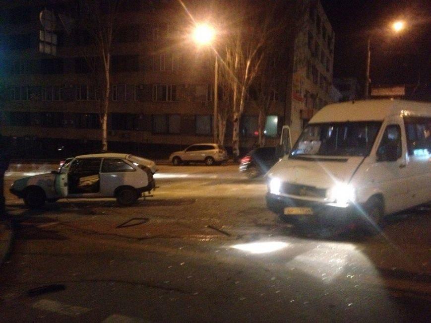 В Запорожье маршрутка влетела в «Таврию» на оживленном перекрестке (фото) - фото 1