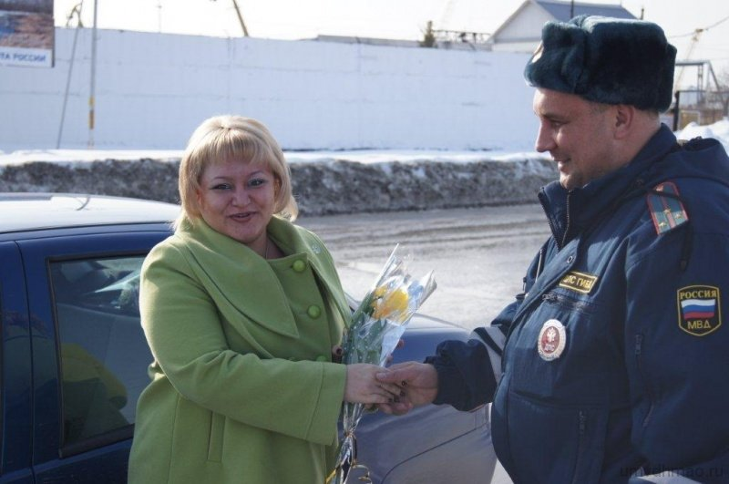 В канун праздника сотрудники ДПС останавливают каждую даму (фото) - фото 1