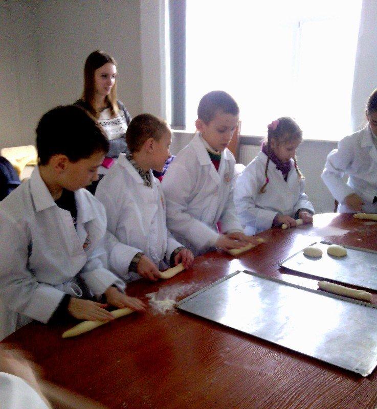 У Львові дітки, чиї батьки служать в АТО, відчули себе справжніми кондитерами (фото) - фото 2