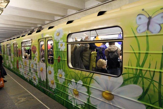 В столичном метро к 8 марта пустили цветочный вагон (ФОТО) (фото) - фото 1