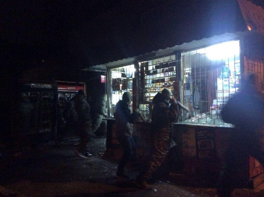 В Одессе активисты в масках и с битами разгромили еще две наливайки (ФОТО, ВИДЕО) (фото) - фото 1