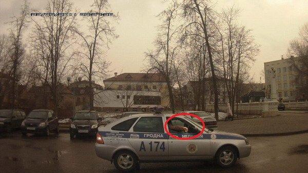 Видео: в центре Гродно милиционер выбросил окурок на дорогу (фото) - фото 1
