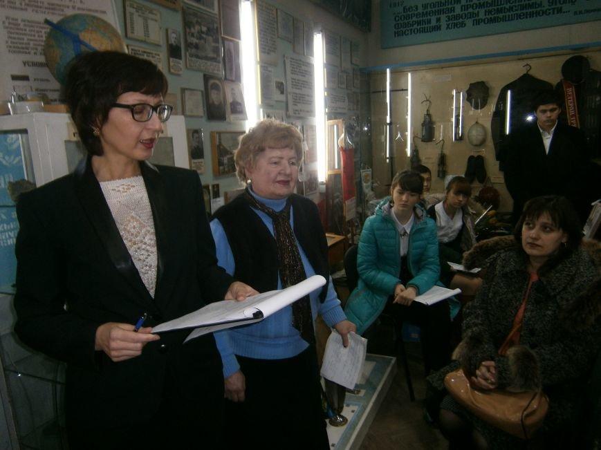В Димитрове женщин – фронтовиков поздравили с 8 Марта (ФОТОРЕПОРТАЖ) (фото) - фото 12