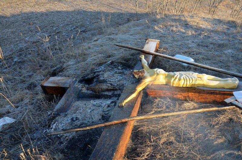 На Николаевщине вандалы повалили и подожгли поклонные кресты (ФОТО) (фото) - фото 2
