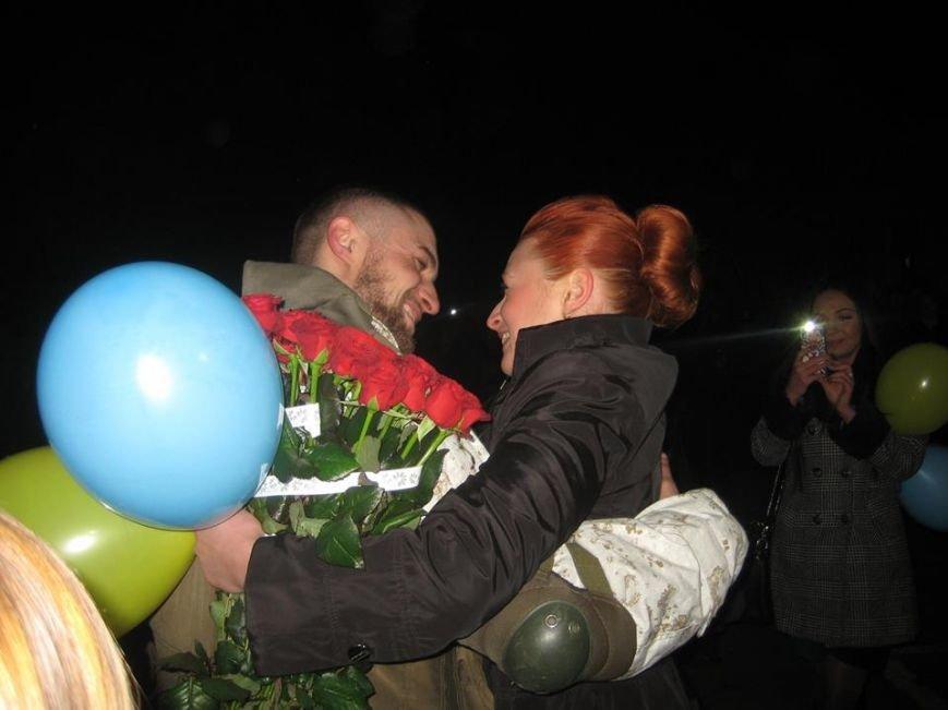 Чернівецький нацгвардієць попросив руки своєї коханої на плацу військової частини (ФОТОВІДЕОФАКТ) (фото) - фото 1