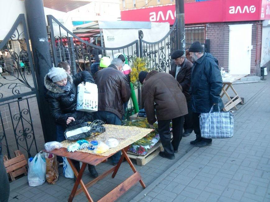 Настоящих мужчин не испугали цены на цветы в Мариуполе (ФОТОФАКТ) (фото) - фото 1