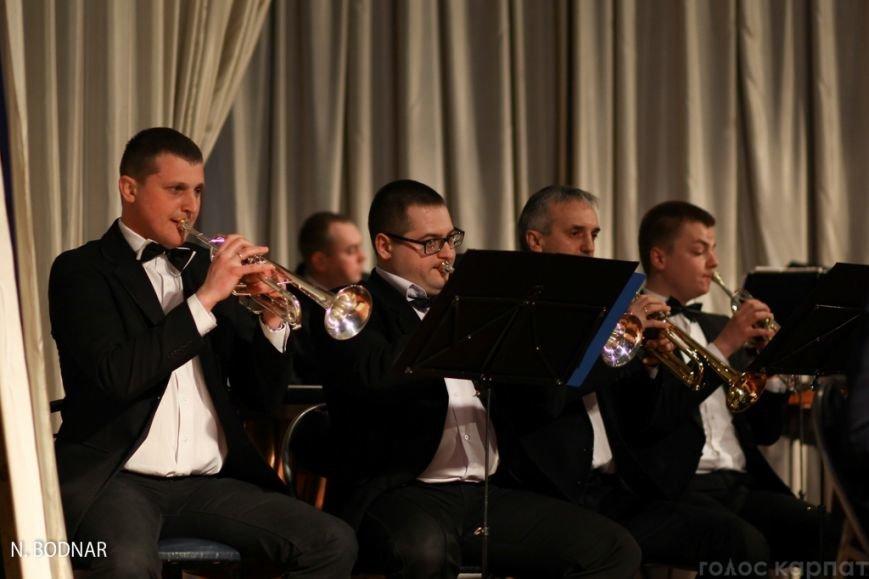 В Ужгороді оркестр обласної філармонії привітав закарпаток зі святом (ФОТО), фото-14