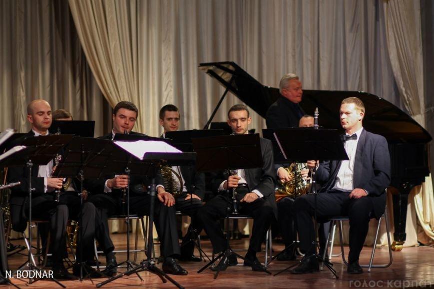 В Ужгороді оркестр обласної філармонії привітав закарпаток зі святом (ФОТО), фото-11