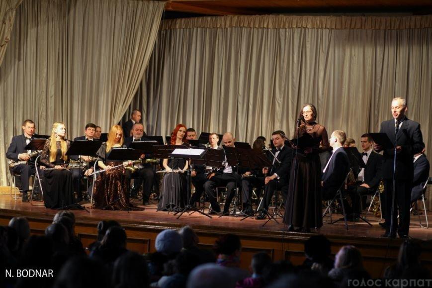 В Ужгороді оркестр обласної філармонії привітав закарпаток зі святом (ФОТО), фото-1