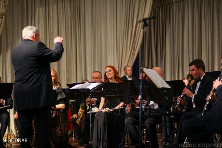 В Ужгороді оркестр обласної філармонії привітав закарпаток зі святом (ФОТО), фото-8