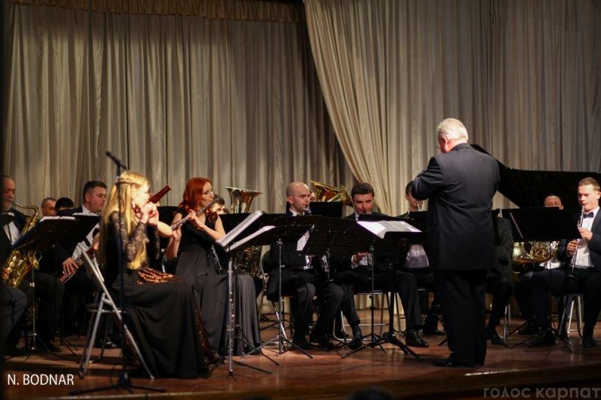 В Ужгороді оркестр обласної філармонії привітав закарпаток зі святом (ФОТО), фото-12