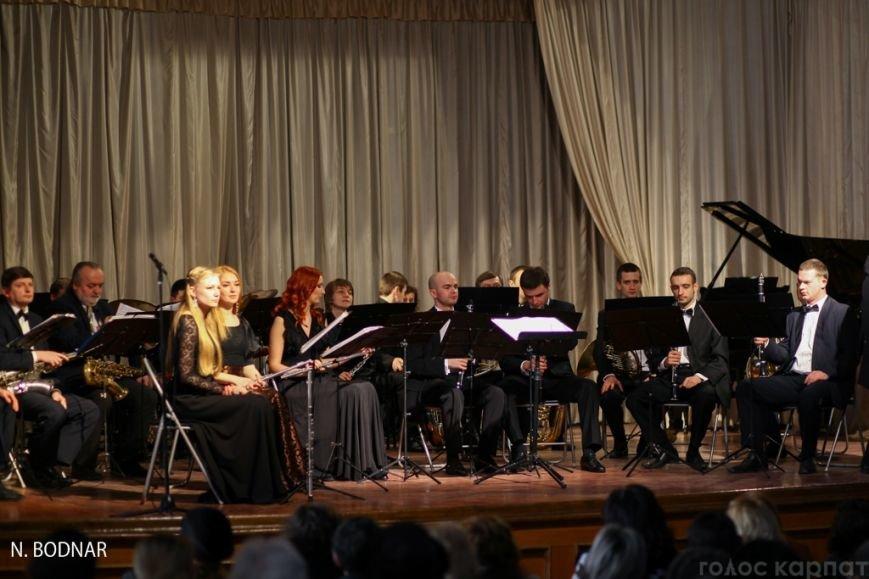 В Ужгороді оркестр обласної філармонії привітав закарпаток зі святом (ФОТО), фото-9