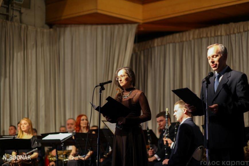В Ужгороді оркестр обласної філармонії привітав закарпаток зі святом (ФОТО), фото-2