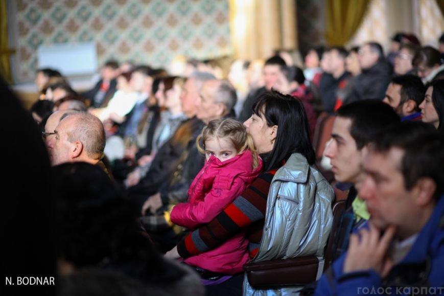 В Ужгороді оркестр обласної філармонії привітав закарпаток зі святом (ФОТО), фото-10