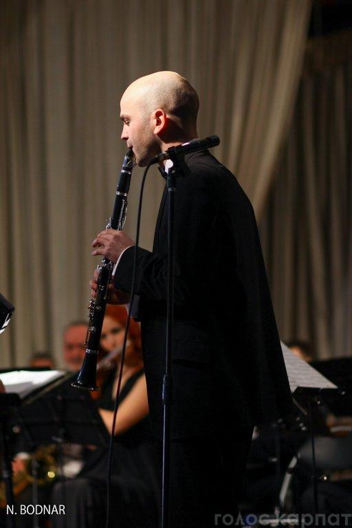 В Ужгороді оркестр обласної філармонії привітав закарпаток зі святом (ФОТО), фото-15