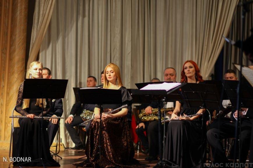 В Ужгороді оркестр обласної філармонії привітав закарпаток зі святом (ФОТО), фото-3