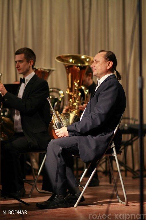 В Ужгороді оркестр обласної філармонії привітав закарпаток зі святом (ФОТО), фото-7