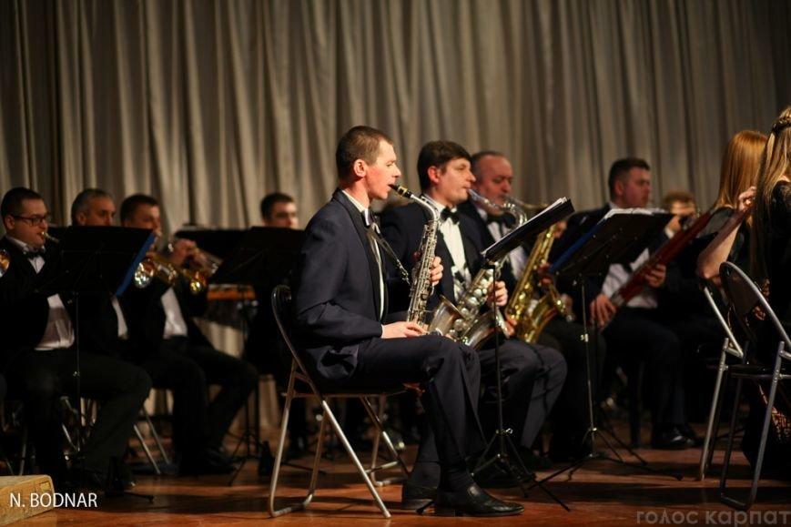 В Ужгороді оркестр обласної філармонії привітав закарпаток зі святом (ФОТО), фото-13