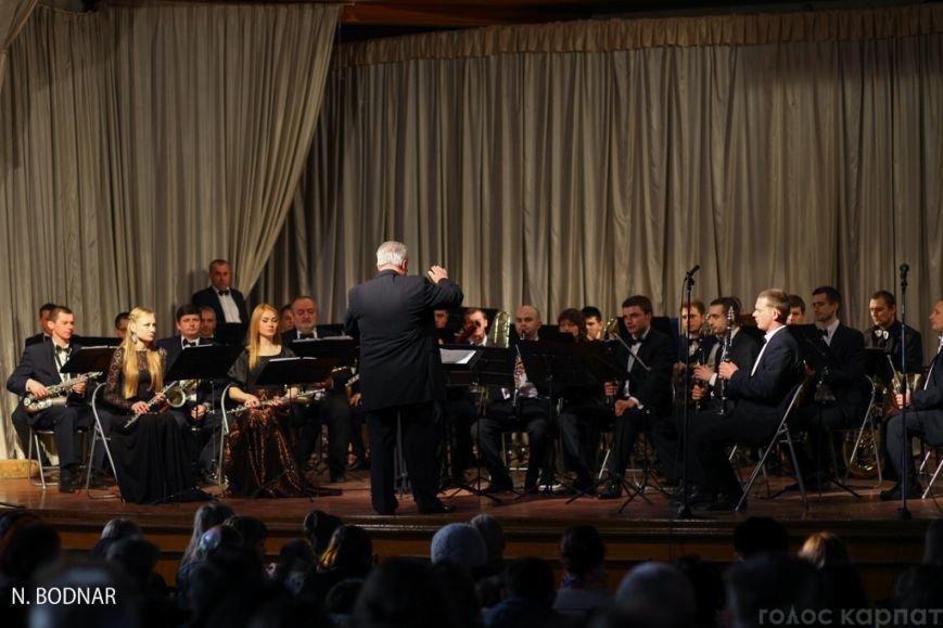 В Ужгороді оркестр обласної філармонії привітав закарпаток зі святом (ФОТО), фото-16