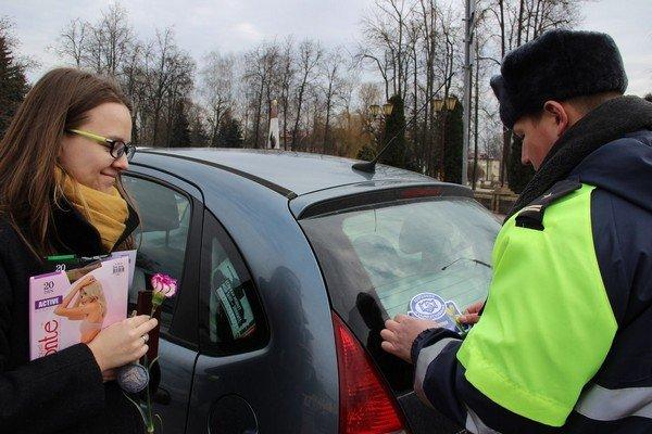 На 8 марта сотрудники ГАИ Гродно останавливали женщин и вручали подарки (Фото) (фото) - фото 1
