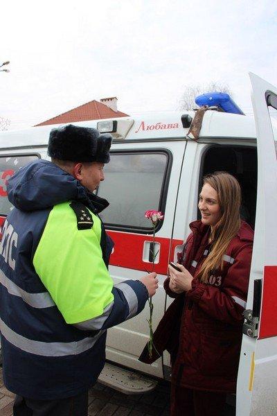 На 8 марта сотрудники ГАИ Гродно останавливали женщин и вручали подарки (Фото) (фото) - фото 5