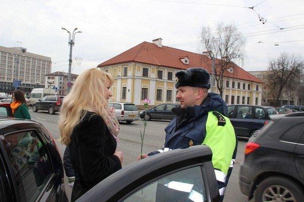 На 8 марта сотрудники ГАИ Гродно останавливали женщин и вручали подарки (Фото) (фото) - фото 3