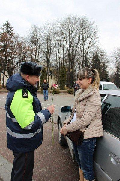 На 8 марта сотрудники ГАИ Гродно останавливали женщин и вручали подарки (Фото) (фото) - фото 7