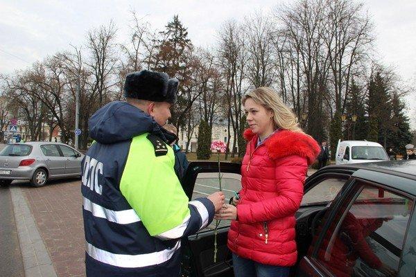На 8 марта сотрудники ГАИ Гродно останавливали женщин и вручали подарки (Фото) (фото) - фото 4