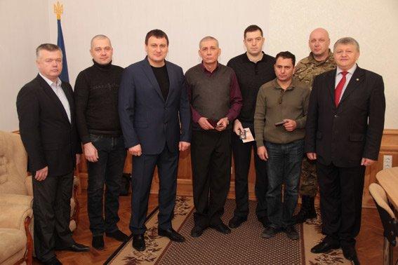 Главный милиционер Харьковщины наградил волонтеров, которые подарили экипировку взрывотехникам (фото) - фото 1