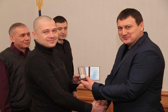 Главный милиционер Харьковщины наградил волонтеров, которые подарили экипировку взрывотехникам (фото) - фото 2