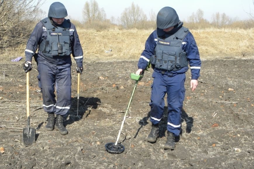 Тракторист в Черниговской области едва не перепахал 82 снаряда (фото) - фото 1