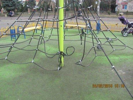 У Тернополі дитячий майданчик на бульварі Данила Галицького руйнується (фото) (фото) - фото 1