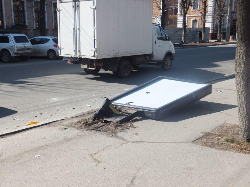 В Кировограде мотоцикл столкнулся с автомобилем и снес ситилайт (фото) - фото 1