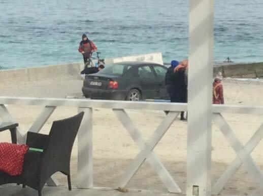 В Одессе компания заехала на пляж, и уже второй день не может откопать из песка машину (ФОТО) (фото) - фото 1