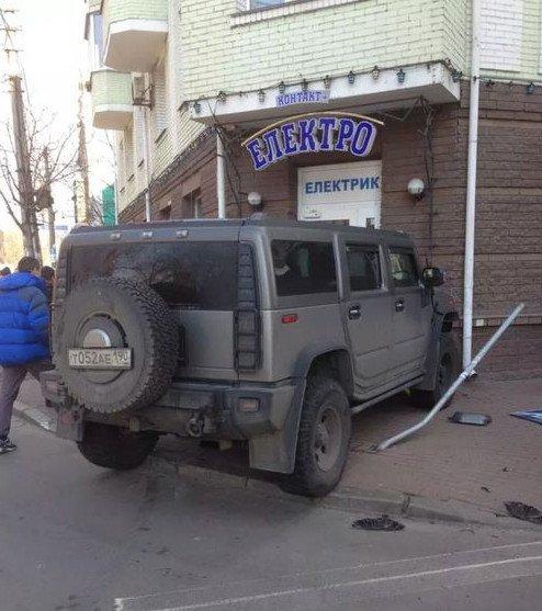 На Подоле «Хаммер» с российскими номерами протаранил «Дэу Ланос» и въехал в магазин (ФОТО) (фото) - фото 1