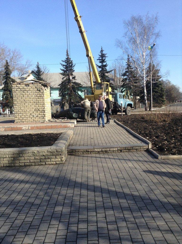 В Доброполье был повален памятник Ленину (фото) - фото 1