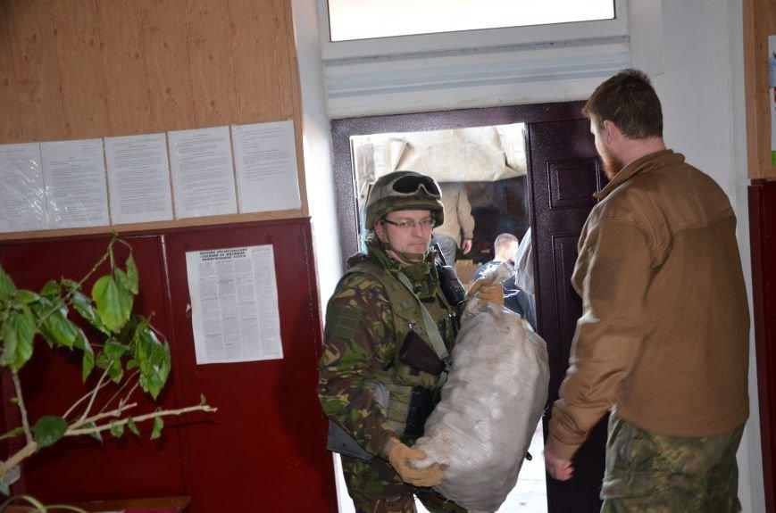 Жителям прифронтовых Чермалыка и Лебединское вблизи Мариуполя доставили гуманитарную помощь (ФОТО), фото-14