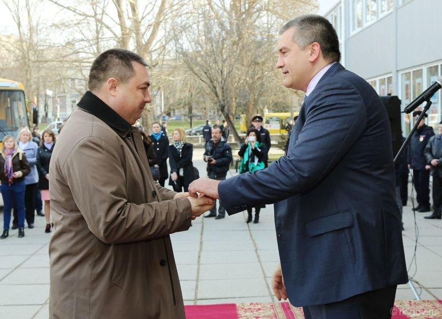 Аксенов вручил ключи от 30 новых школьных автобусов, которые поступят в регионы Крыма (ФОТО), фото-3