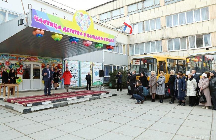 Аксенов вручил ключи от 30 новых школьных автобусов, которые поступят в регионы Крыма (ФОТО), фото-1