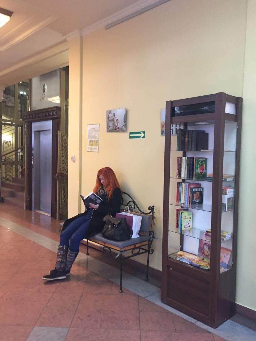 У Львові посеред торгівельного центру відкрили затишний куточок для читання (ФОТО) (фото) - фото 1