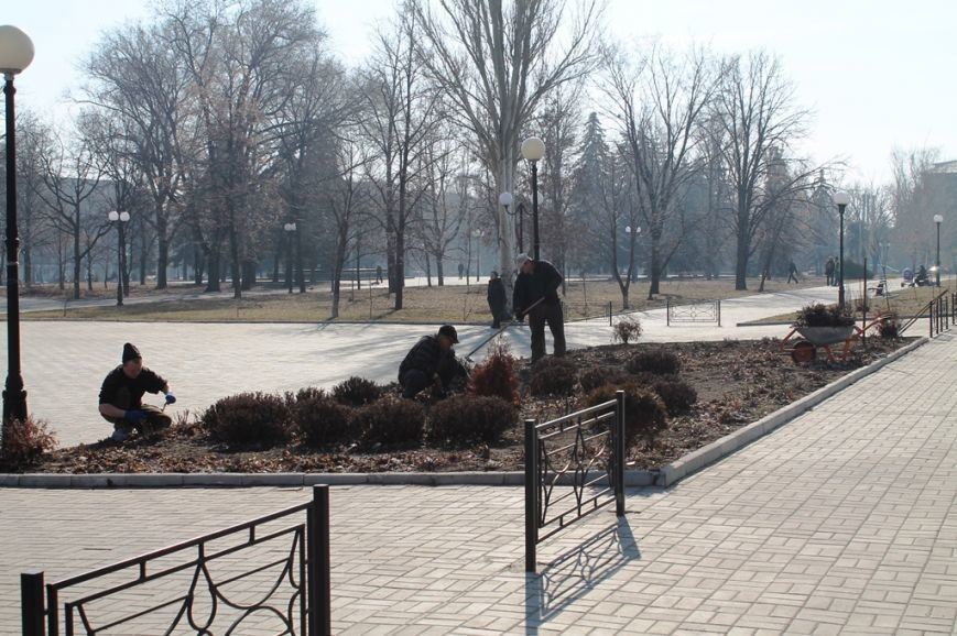 В Артемовске начали приводить в порядок городские клумбы. ФОТОФАКТ, фото-2