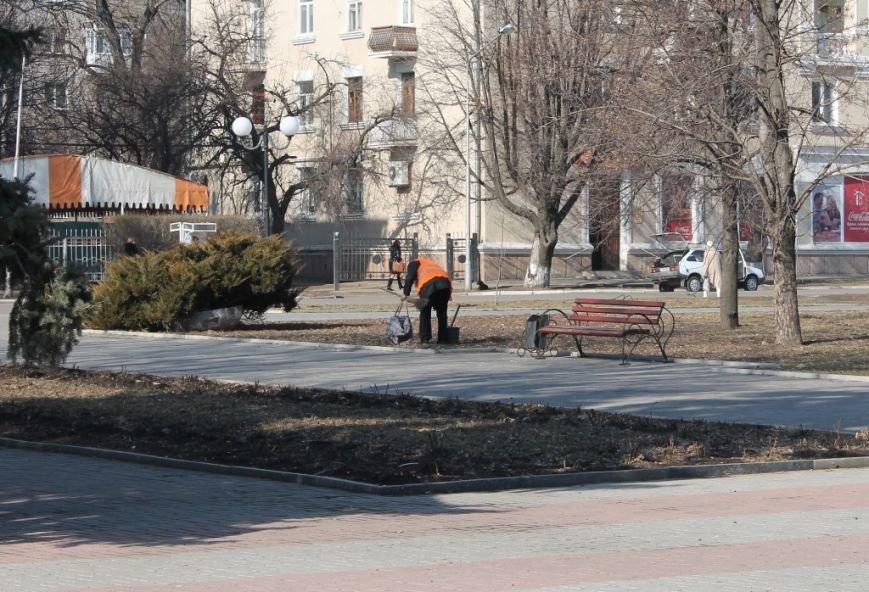 В Артемовске начали приводить в порядок городские клумбы. ФОТОФАКТ, фото-3