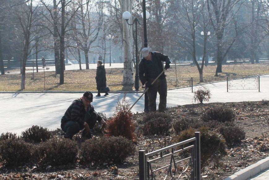 В Артемовске начали приводить в порядок городские клумбы. ФОТОФАКТ, фото-1
