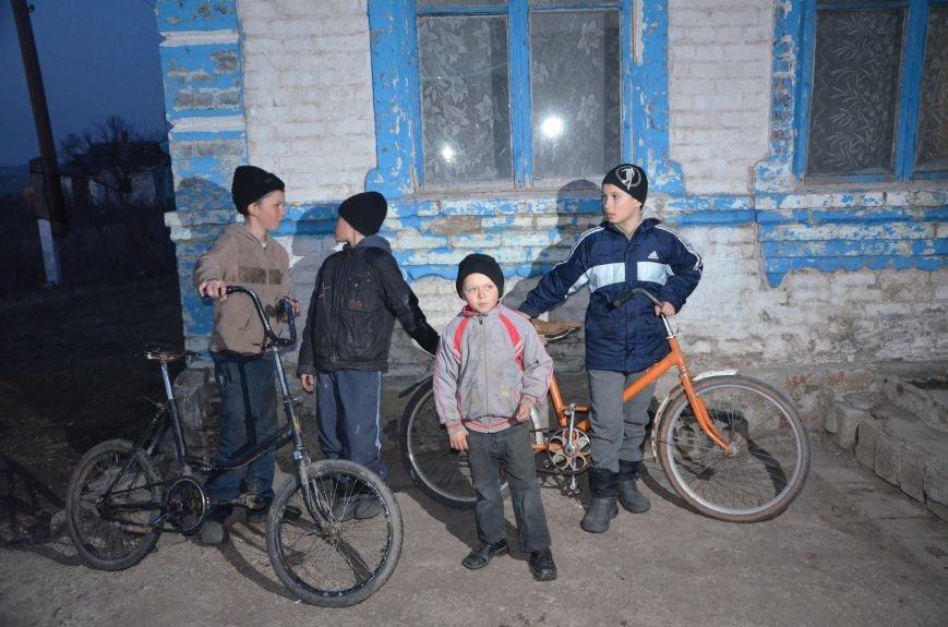 Жизнь под дулом автомата: в прифронтовых селах уже не боятся обстрелов, а дети собирают гильзы (ФОТОРЕПОРТАЖ), фото-58