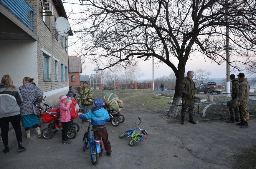 Жизнь под дулом автомата: в прифронтовых селах уже не боятся обстрелов, а дети собирают гильзы (ФОТОРЕПОРТАЖ), фото-52