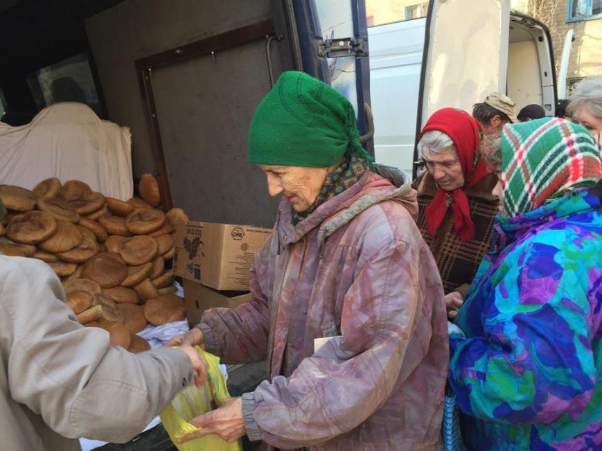 Волонтеры раздали авдеевцам хлеб и продукты (фото), фото-6